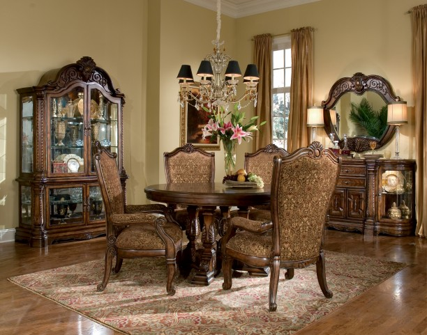 Windsor Court Round Extendable Dining Room Set