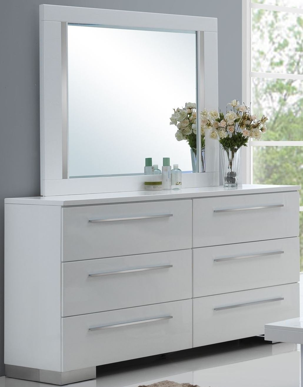Sapphire high gloss white laminate platform bedroom set b2643 310 320 330 new classics for White laminate bedroom furniture