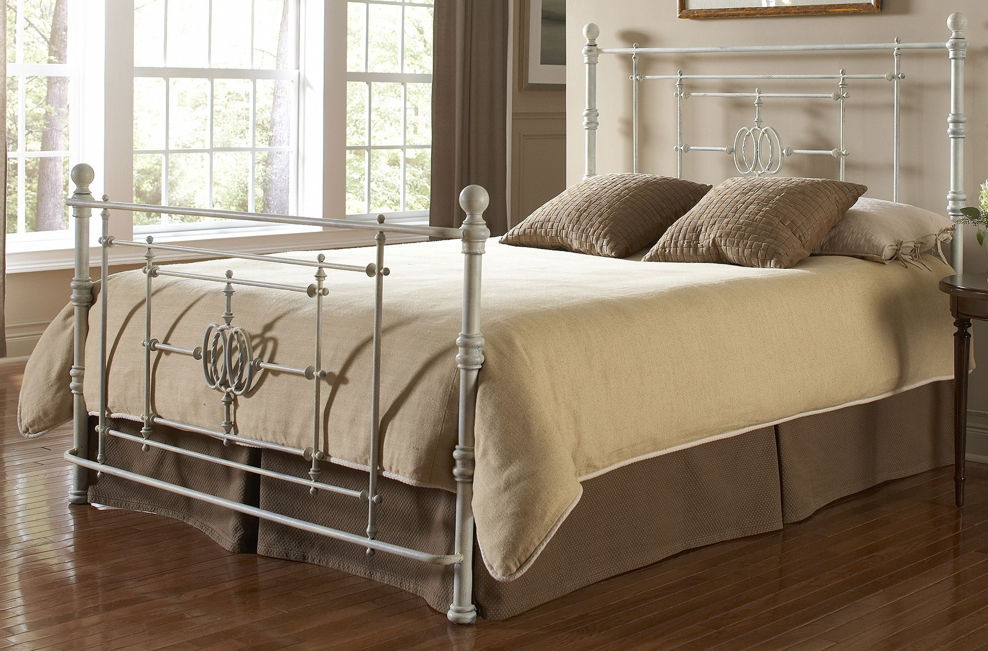 Lafayette Distressed White Queen Ornamental Poster Bed B11145 Fashion Bed Group