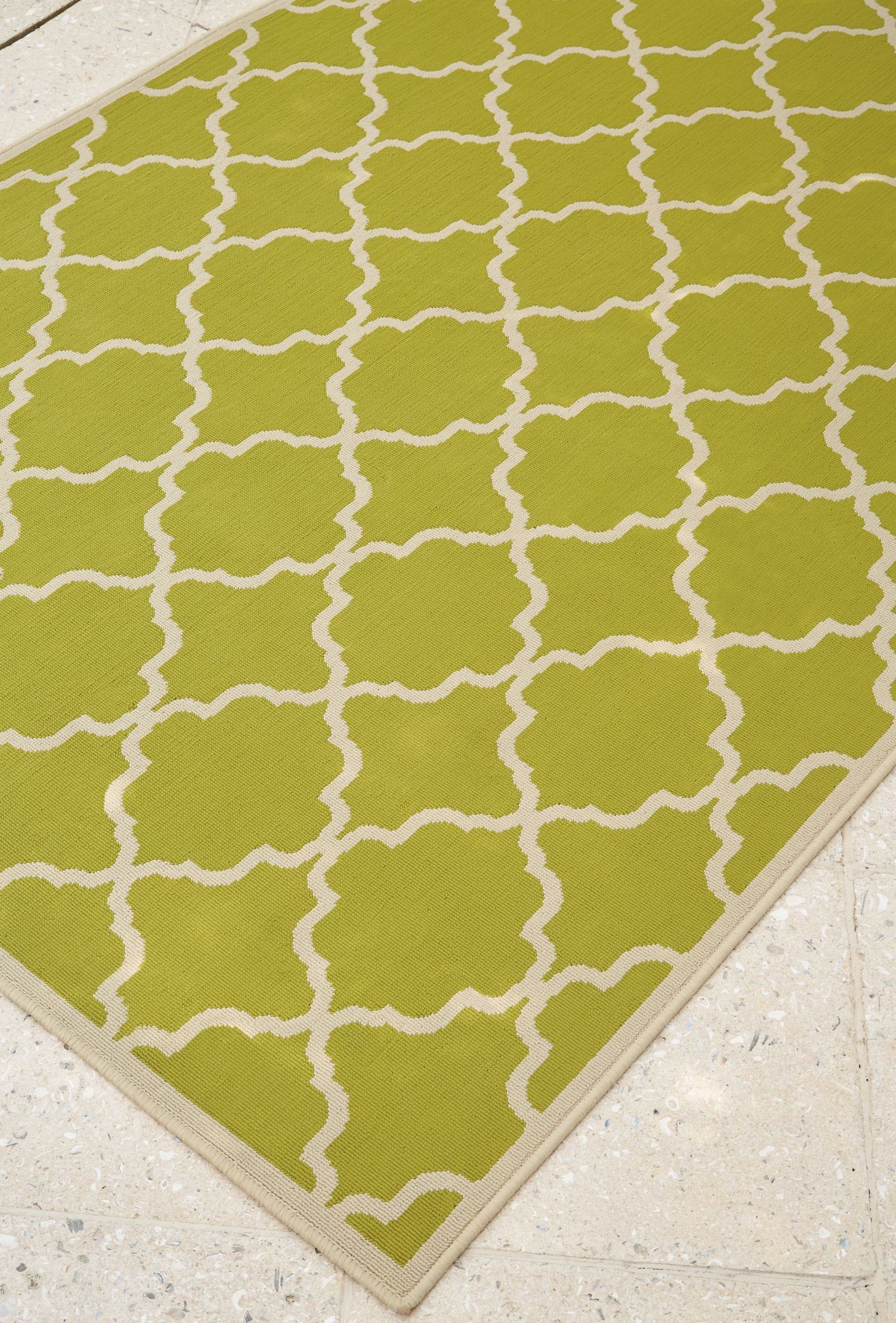 Kerry green and cream large rug r402321 ashley for Green and cream rugs