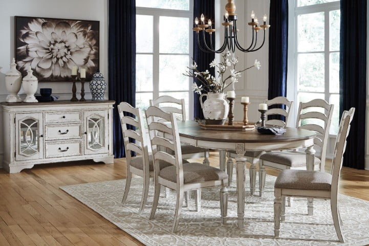 Realyn White Oval Extendable Dining Room Set