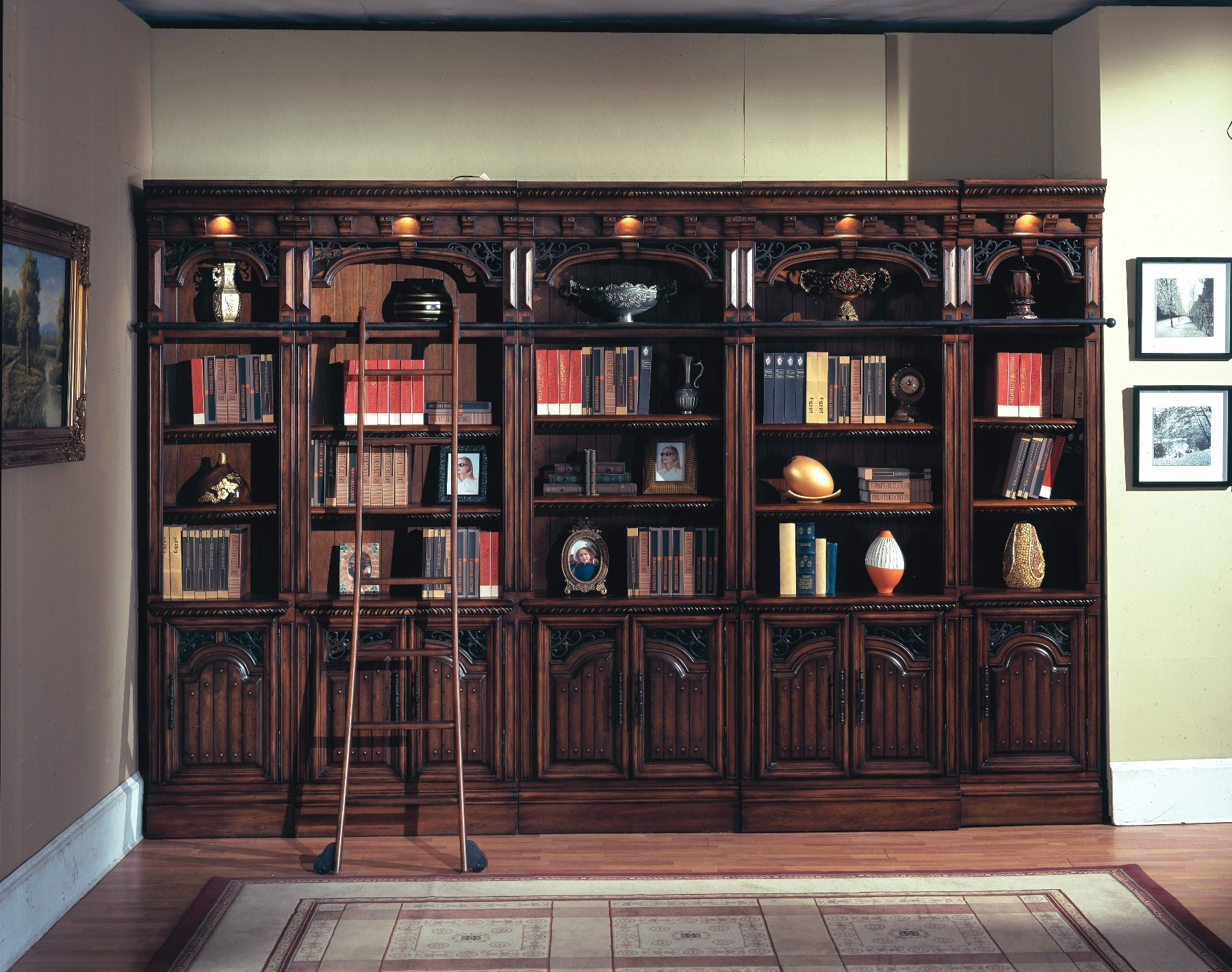 Книжные шкафы со стеклом.